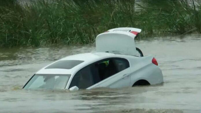 BMW se hunde en un río