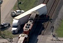 Tren chocó camión autos exóticos