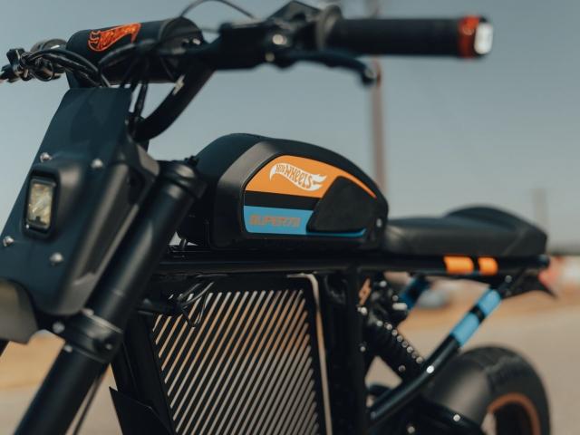 Moto eléctrica Hot Wheels 11