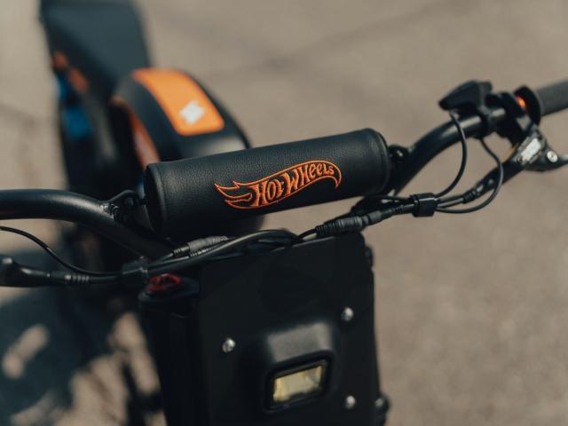 Moto eléctrica Hot Wheels 10