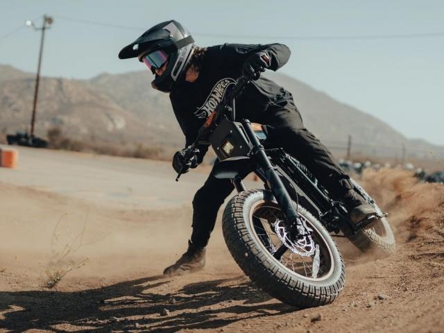 Moto eléctrica Hot Wheels 9