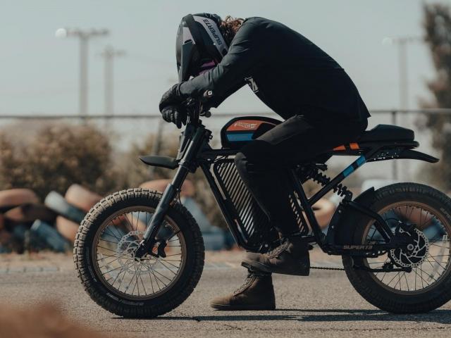 Moto eléctrica Hot Wheels 7