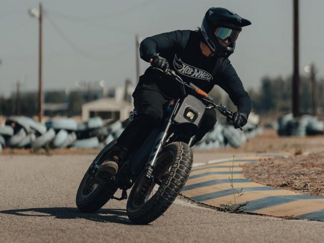 Moto eléctrica Hot Wheels 6